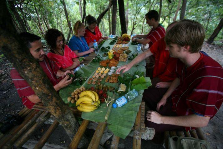 Comiendo en la selva